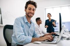 Υπεύθυνοι για την ανάπτυξη εφαρμογής που λειτουργούν στους υπολογιστές στην αρχή στοκ εικόνα με δικαίωμα ελεύθερης χρήσης