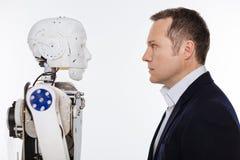 Υπεύθυνος για την ανάπτυξη και το ρομπότ που κοιτάζει επίμονα το ένα στο άλλο Στοκ Φωτογραφίες