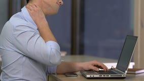 Υπεύθυνος για την ανάπτυξη ΤΠ που υφίσταται τον πόνο στο λαιμό, στατικός τρόπος ζωής, κίνδυνος νωτιαίας ασθένειας φιλμ μικρού μήκους