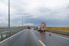 Υπηρεσία έκτακτης ανάγκης και επισκευής με τα ειδικά σημάδια στο δρόμο μια νεφελώδη ημέρα φθινοπώρου Στοκ φωτογραφία με δικαίωμα ελεύθερης χρήσης
