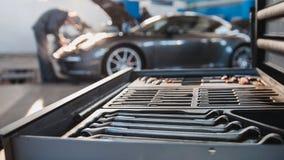 Υπηρεσία αυτοκινήτων - σπορ αυτοκίνητο πολυτέλειας που στέκεται στο γκαράζ Στοκ Εικόνα
