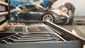 Υπηρεσία αυτοκινήτων - σπορ αυτοκίνητο πολυτέλειας που στέκεται στο γκαράζ Στοκ φωτογραφία με δικαίωμα ελεύθερης χρήσης
