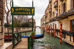 Υπηρεσία γονδολών, Βενετία, Ιταλία Στοκ εικόνα με δικαίωμα ελεύθερης χρήσης