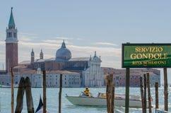 Υπηρεσία γονδολών στο κανάλι Grande με την εκκλησία SAN Giorgio Maggiore στο υπόβαθρο Στοκ Εικόνες