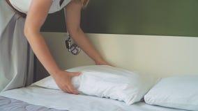 Υπηρεσία δωματίων Γυναίκα που κάνει το κρεβάτι στο δωμάτιο ξενοδοχείου φιλμ μικρού μήκους