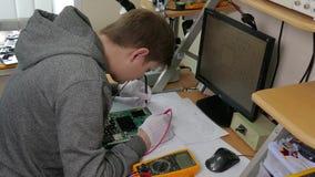 Υπηρεσία επισκευής υπολογιστών, μητρική κάρτα δοκιμής τεχνολογίας ατόμων με τα εργαλεία φιλμ μικρού μήκους
