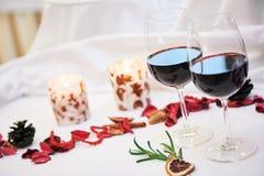 Υπηρεσία διακοσμήσεων εστιατορίων τομέα εστιάσεως Γυαλιά με το κρασί Στοκ Εικόνες