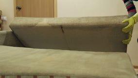 Υπηρεσία που καθαρίζει το βρώμικο καναπέ με το ειδικό εργαλείο φιλμ μικρού μήκους