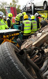 Υπηρεσία πυρόσβεσης και πληρώματα ασθενοφόρων σε ένα τροχαίο ατύχημα Στοκ εικόνα με δικαίωμα ελεύθερης χρήσης
