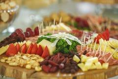 Υπηρεσία τομέα εστιάσεως με τα διάφορα φρούτα και λαχανικά Στοκ Εικόνες