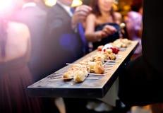 Υπηρεσία τομέα εστιάσεως Σύγχρονο τρόφιμα ή ορεκτικό για τα γεγονότα και τους εορτασμούς Στοκ Φωτογραφίες