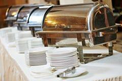 Υπηρεσία τομέα εστιάσεως τροφίμων Πίνακας μπουφέδων με τα τηγάνια Στοκ φωτογραφίες με δικαίωμα ελεύθερης χρήσης