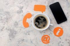 Υπηρεσία υποστήριξης πελατών Μας ελάτε σε επαφή με για ανατροφοδοτεί ο υπολογιστής γραφείου με ένα φλιτζάνι του καφέ και ένα smar στοκ φωτογραφίες