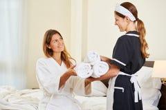 Υπηρεσία δωματίων που φέρνει τις φρέσκες πετσέτες στοκ φωτογραφία με δικαίωμα ελεύθερης χρήσης