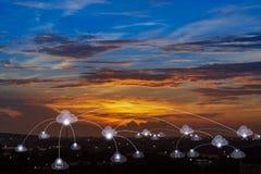 Υπηρεσίες και συνδετικότητα σύννεφων τηλεπικοινωνιών στην έξυπνη έννοια πόλεων στοκ φωτογραφία