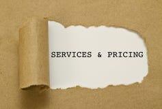 Υπηρεσίες και τιμολόγηση που γράφονται στο πλαίσιο του σχισμένου εγγράφου στοκ φωτογραφία