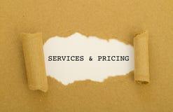 Υπηρεσίες και τιμολόγηση που γράφονται στο πλαίσιο του σχισμένου εγγράφου στοκ εικόνα με δικαίωμα ελεύθερης χρήσης