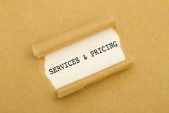 Υπηρεσίες και τιμολόγηση που γράφονται στο πλαίσιο του σχισμένου εγγράφου στοκ φωτογραφία με δικαίωμα ελεύθερης χρήσης