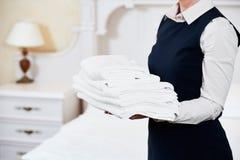 Υπηρεσίες ξενοδοχείων κορίτσι οικοκυρικής με το λινό στοκ εικόνες με δικαίωμα ελεύθερης χρήσης