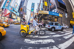 Υπηρεσίες ταξί προσφορών ατόμων με τη δίτροχο χειράμαξά του στη Νέα Υόρκη Στοκ φωτογραφία με δικαίωμα ελεύθερης χρήσης
