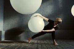 Υπνωτικός χορευτής που ενεργεί στο διακοσμημένο στούντιο στοκ φωτογραφία με δικαίωμα ελεύθερης χρήσης