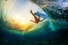 Υποβρύχια άποψη του surfer στοκ φωτογραφία