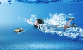 υποβρύχια γυναίκα Στοκ εικόνα με δικαίωμα ελεύθερης χρήσης