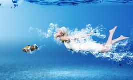 υποβρύχια γυναίκα Στοκ Εικόνες