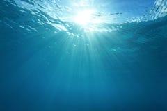 Υποβρύχια επιφάνεια νερού φωτός του ήλιου Ειρηνικών Ωκεανών στοκ εικόνες