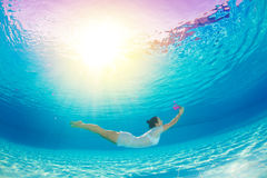 Υποβρύχια κολύμβηση με τα λουλούδια Στοκ Εικόνα