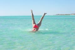Υποβρύχια παραλία γυναικών handstand νέα Στοκ Φωτογραφία