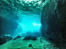 Υποβρύχια σπηλιά με το lightfall Στοκ Εικόνα