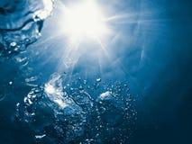 Υποβρύχιες φυσαλίδες με το φως του ήλιου Υποβρύχιες φυσαλίδες υποβάθρου Στοκ εικόνα με δικαίωμα ελεύθερης χρήσης