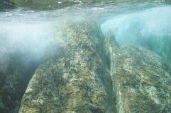 Υποβρύχιοι βράχοι θάλασσας υποβάθρου ταπετσαριών Στοκ Εικόνα