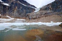 Υποβρύχιοι βράχοι και παγόβουνα στην αλπική λίμνη Στοκ εικόνα με δικαίωμα ελεύθερης χρήσης