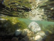 Υποβρύχιοι βράχοι ποταμών που πλένονται από το ρεύμα βουνών Στοκ Εικόνες