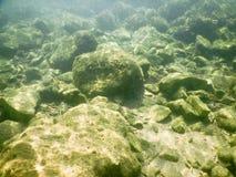 Υποβρύχιοι βράχοι στην παραλία Στοκ εικόνα με δικαίωμα ελεύθερης χρήσης