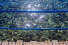 Υποβρύχιοι βράχοι στην τυρκουάζ θάλασσα Στοκ Φωτογραφία