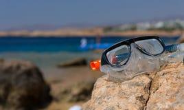 Υποβρύχιοι μάσκα και σωλήνας που βρίσκονται στο βράχο στην παραλία σε έναν ήλιο Στοκ Φωτογραφίες