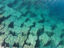 Υποβρύχιοι μεγάλοι τσιμεντένιοι ογκόλιθοι στο μπλε στοκ φωτογραφίες με δικαίωμα ελεύθερης χρήσης