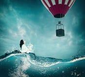 Υποβρύχιο να ανατρέξει γυναικών σε ένα μπαλόνι ζεστού αέρα στοκ φωτογραφία