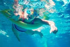 Υποβρύχιο νουντλς αφρού κοριτσιών κολυμπώντας Στοκ Εικόνα