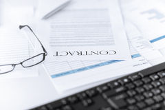Υπογεγραμμένο έγγραφο συμβάσεων με τα γυαλιά Στοκ φωτογραφίες με δικαίωμα ελεύθερης χρήσης