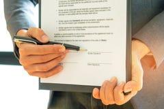 Υπογράψτε το έγγραφο όταν τις επιχειρησιακές διαπραγματεύσεις Στοκ φωτογραφία με δικαίωμα ελεύθερης χρήσης