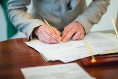 υπογραφή γάμου αδειών νεό&n Στοκ φωτογραφίες με δικαίωμα ελεύθερης χρήσης