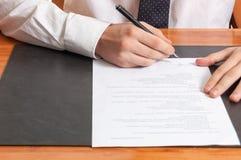 υπογραφή εγγράφων επιχε&io Στοκ φωτογραφίες με δικαίωμα ελεύθερης χρήσης