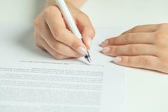 Υπογραφή επιχειρησιακών συμβάσεων στοκ φωτογραφίες