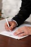 υπογραφή καταλόγων νεόνυμφων που υπογράφει το γάμο Στοκ φωτογραφίες με δικαίωμα ελεύθερης χρήσης