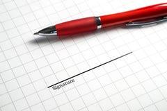 Υπογραφή μιας επιχειρησιακής σύμβασης ή μιας νομικής συμφωνίας στοκ φωτογραφία