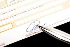 Υπογραφή μιας μεταφοράς τραπεζών Στοκ φωτογραφία με δικαίωμα ελεύθερης χρήσης
